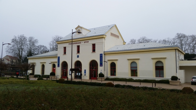 The Fontainebleau train station.  I'd be leaving grey skies and cold weather for a sunny and  warm Portugal.