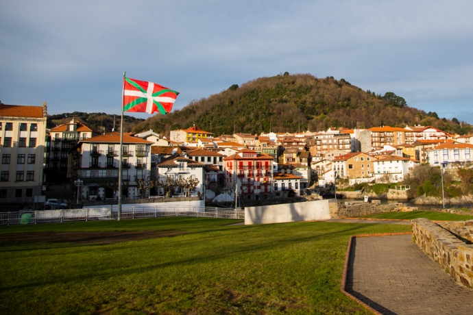 When you see the Basque flag in Mundaka blowing this way, it means southerly, offshore winds.